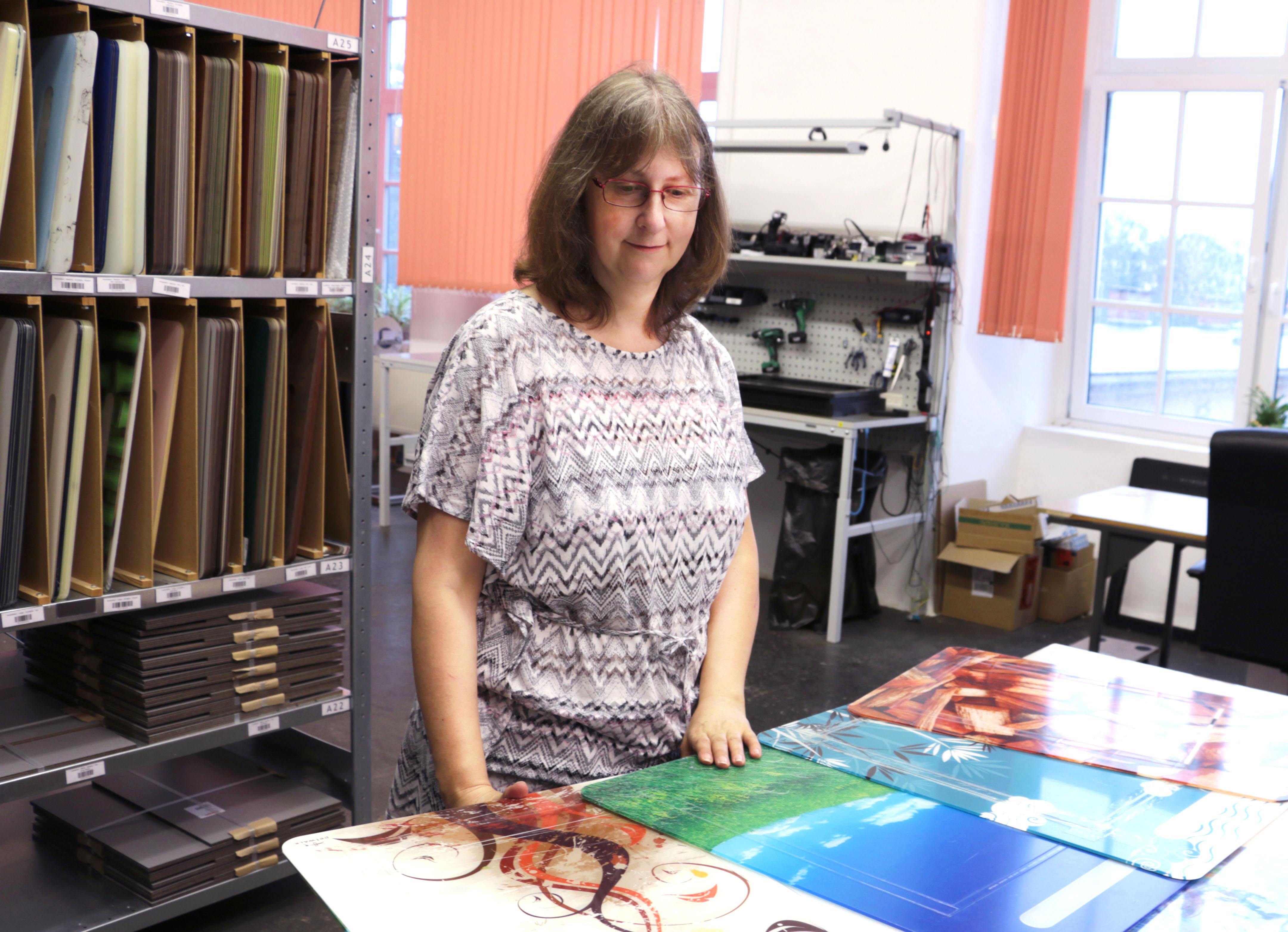 Claudia Schneider beim gewissenhafen Verpacken.