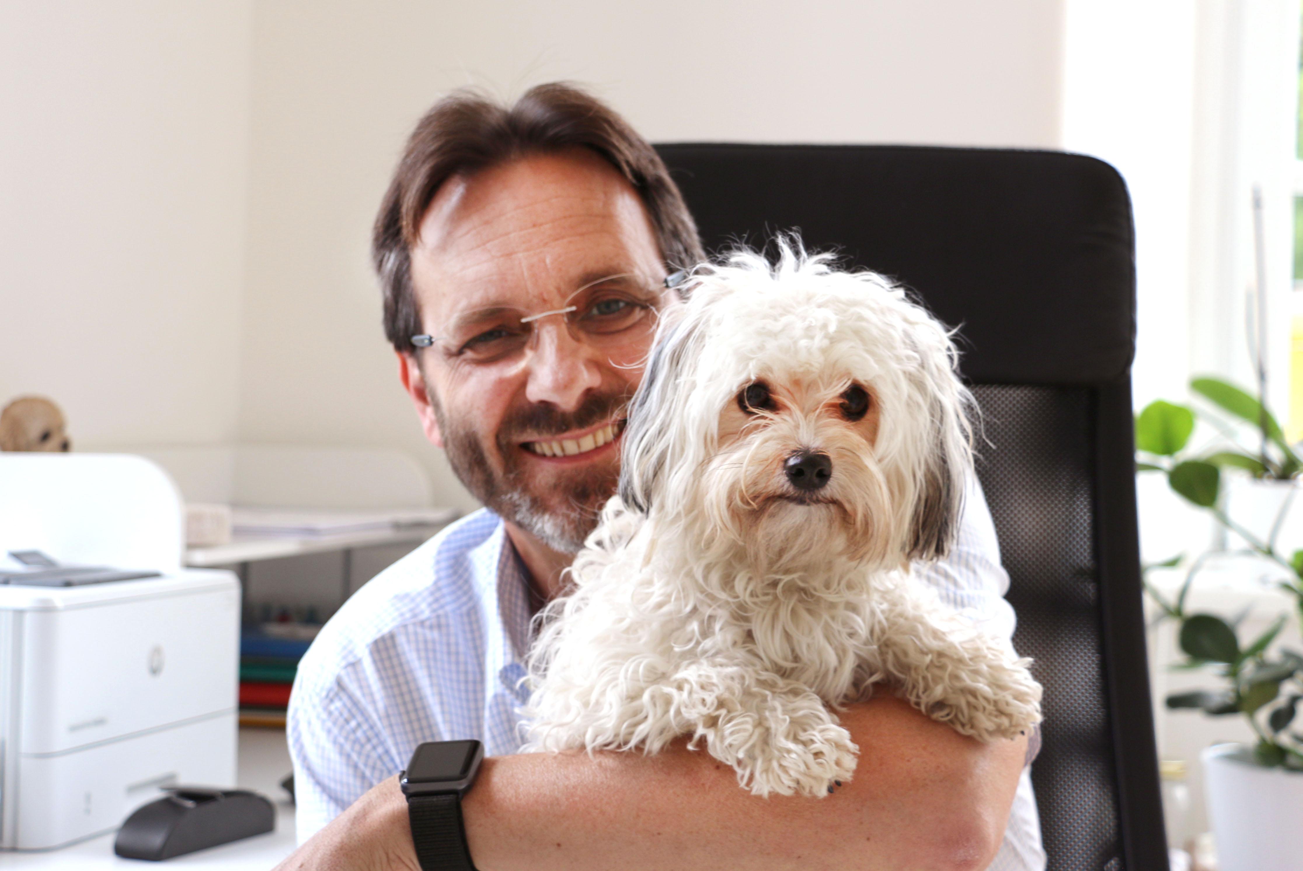 Klaus Kindl, mit seiner Hundedame Mia.